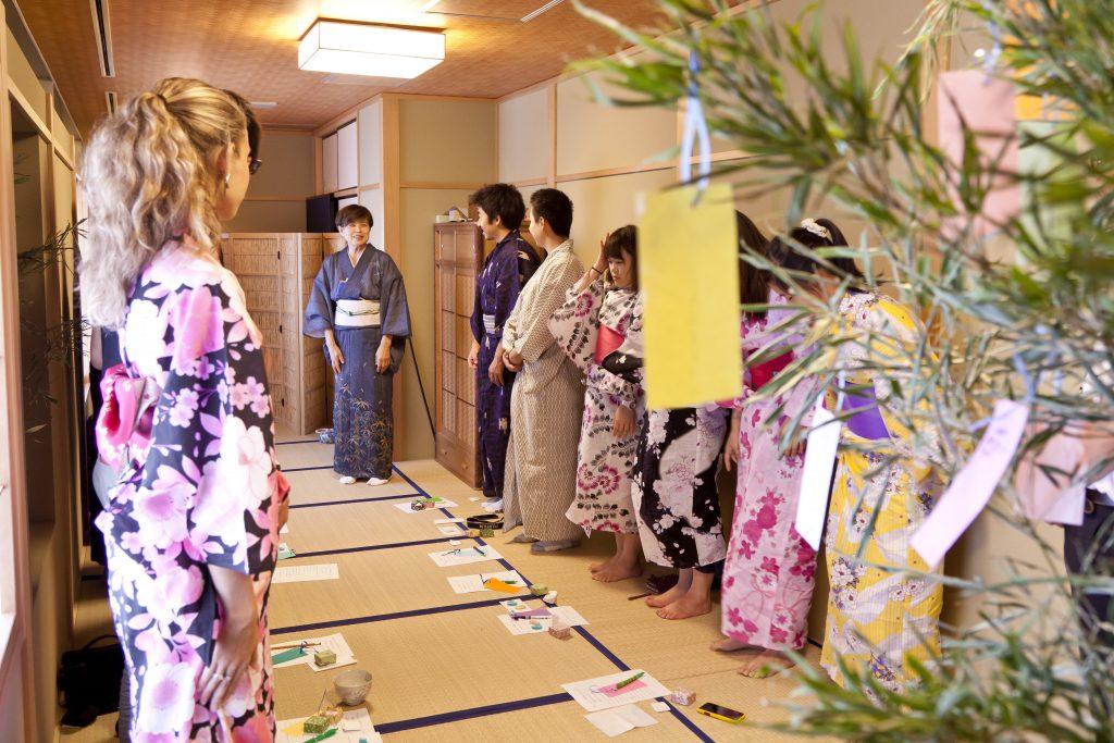 この画像には alt 属性が指定されておらず、ファイル名は holiday-course-tea-ceremony-class-1-1024x683.jpg です